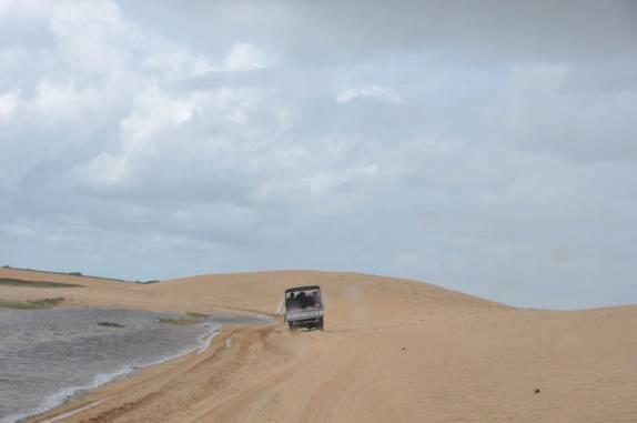 Atravessando dunas na viagem entre Paulino Neves e Barreirinhas - MA