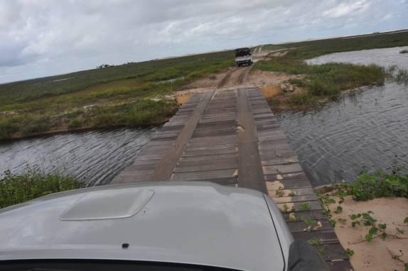 Atravessando ponte na viagem entre Paulino Neves e Barreirinhas - MA