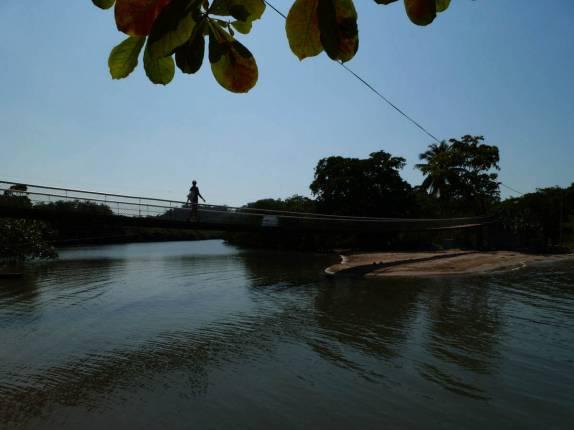 Atravessando Ponte Sobre A Foz De Um Rio, No Nosso Caminho Para Siete  Altares,