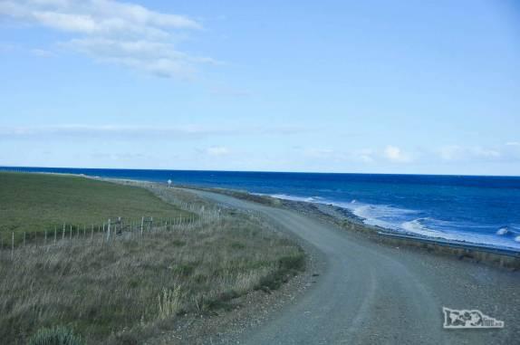 Estrada ao lado do Estreito de Magalhães, na Terra do Fogo, no sul do Chile