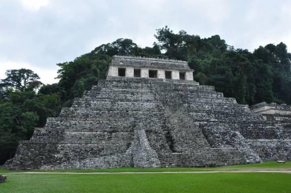 O Templo das Inscrições visto do alto do Palácio, nas ruínas mayas de Palenque, em Chiapas, no sul do México